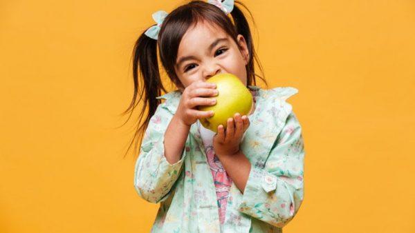 devojcica jede jabuku 1